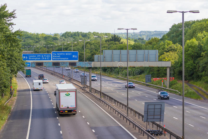 Verkeer op de Britse autosnelweg M5: West Bromwich, Birmingham, het UK stock afbeelding