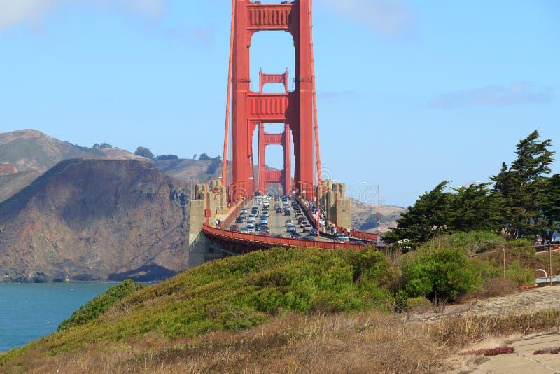 Verkeer op de Gouden Brug van de Poort op een duidelijke dag stock foto