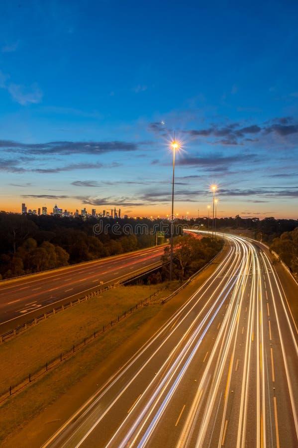 Verkeer op de Oostelijke Snelweg in Melbourne, Australië stock afbeelding