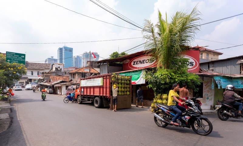 Verkeer op de straat van de sloppenwijk in Djakarta stock foto