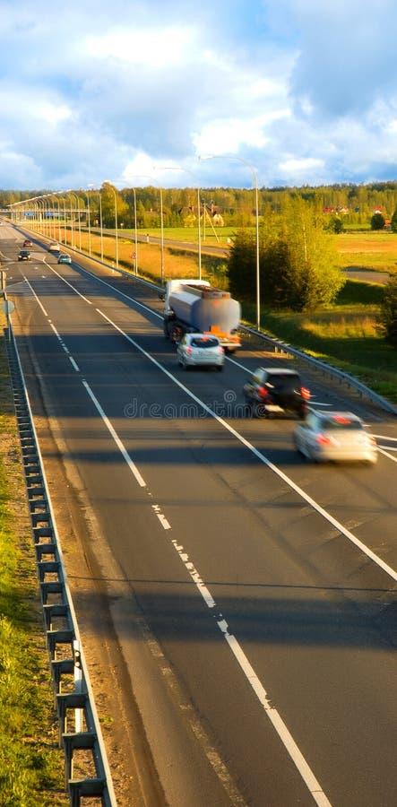 Verkeer op de weg (motieonduidelijk beeld) stock afbeelding