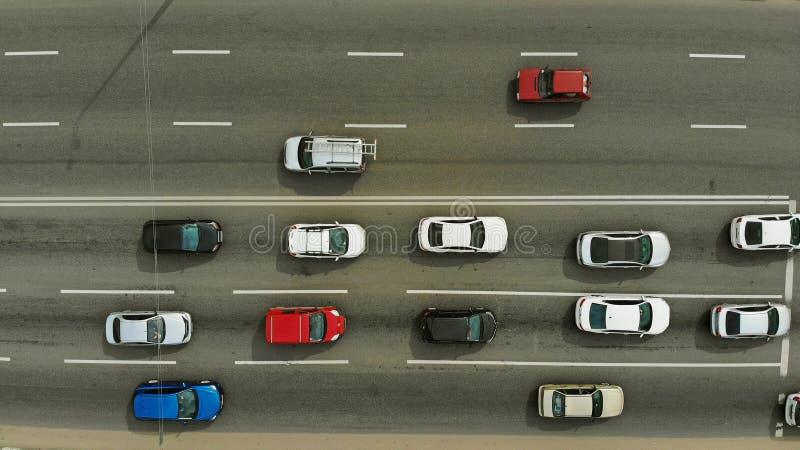 Verkeer op een hoogste mening van de stadsstraat, lucht royalty-vrije stock foto's