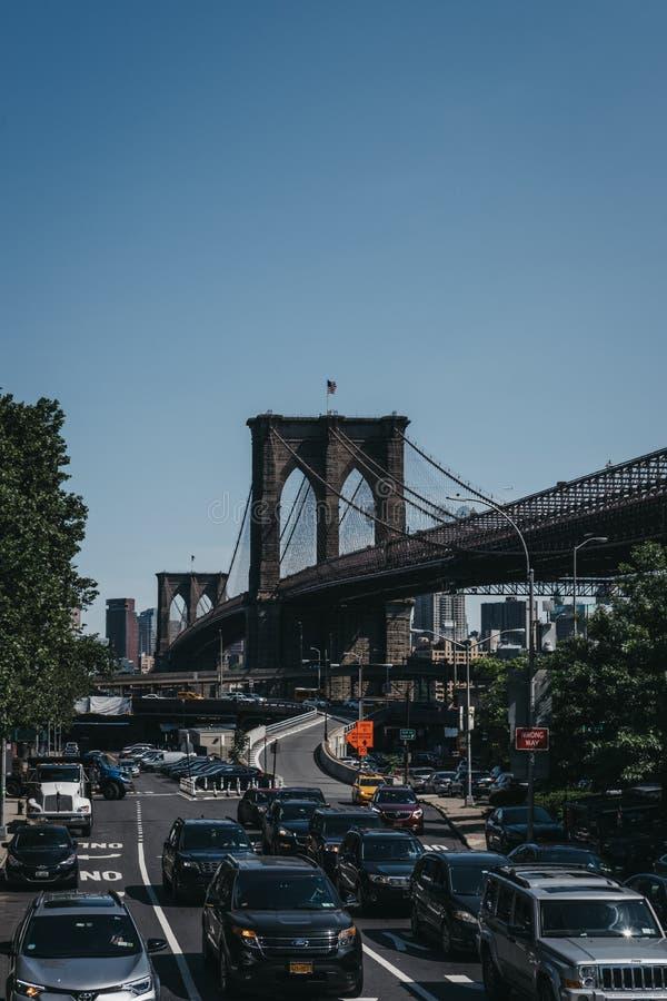 Verkeer op een straat de Brug in van Brooklyn, New York, Brooklyn op de achtergrond stock foto