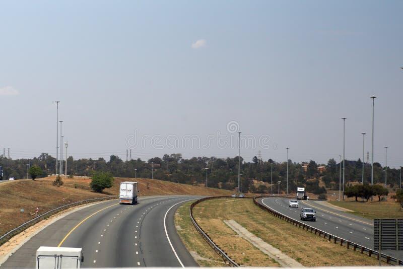 Verkeer op een weg stock afbeelding