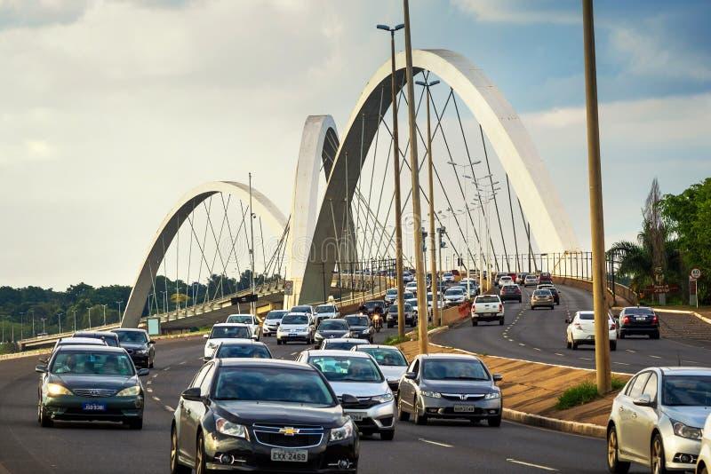 Verkeer op JK-Brug in Brasilia, Hoofdstad van Brazilië royalty-vrije stock afbeeldingen