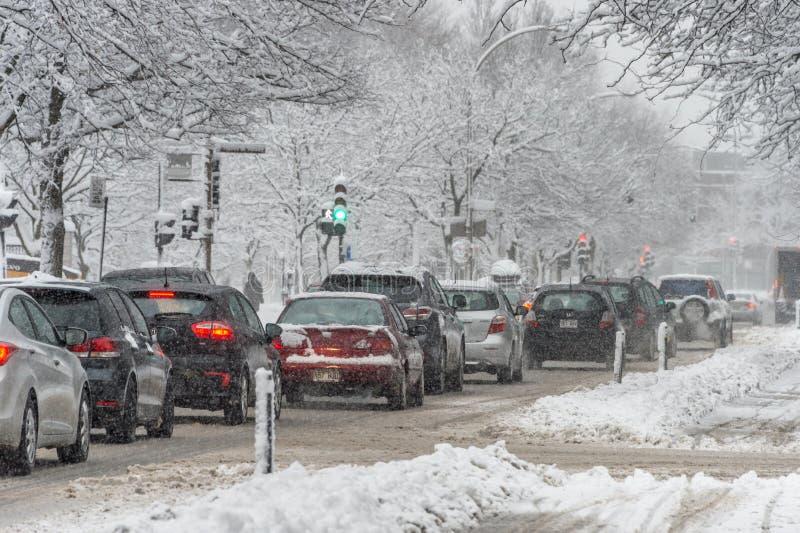 Verkeer op Rachel Street in Montreal stock afbeeldingen