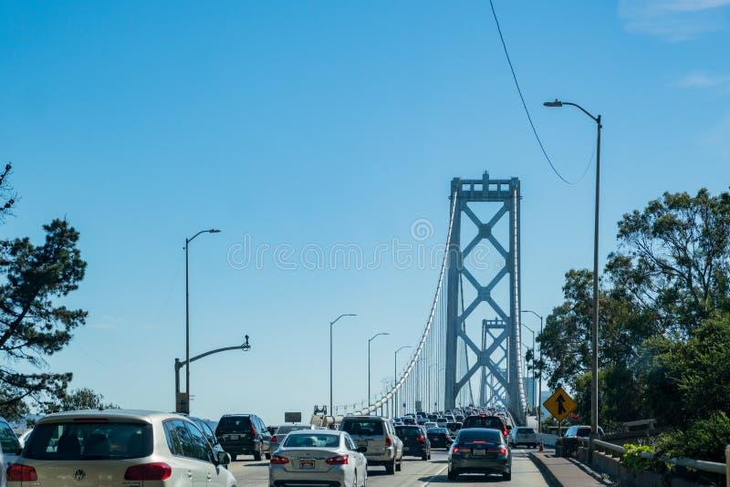 Verkeer op San Francisco Oakland Bay Bridge stock fotografie