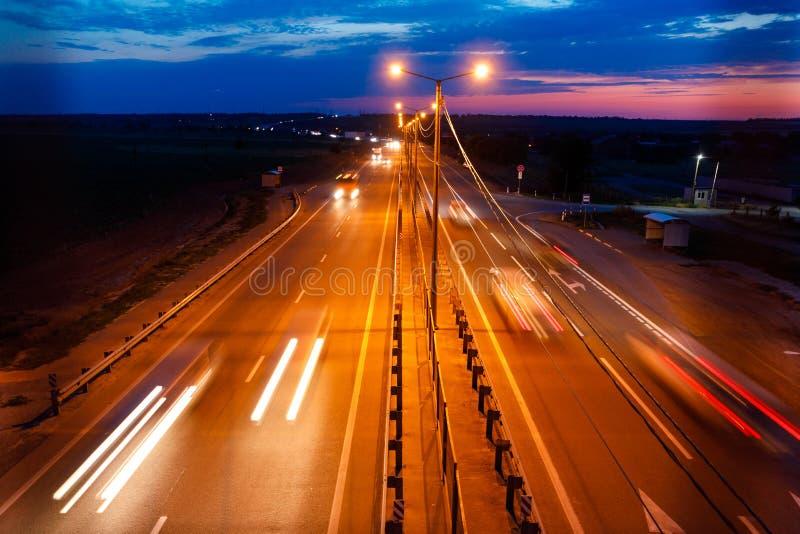 Verkeer op snelweg bij schemering stock foto's