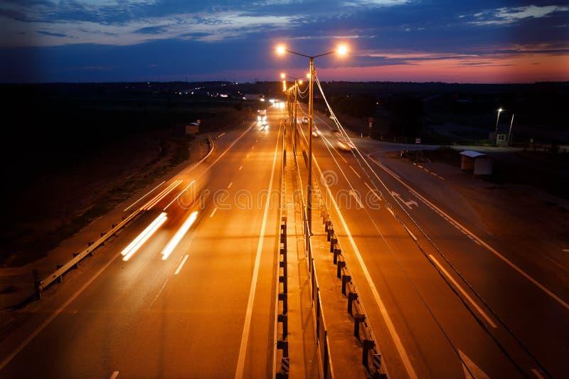 Verkeer op snelweg bij schemering royalty-vrije stock afbeelding