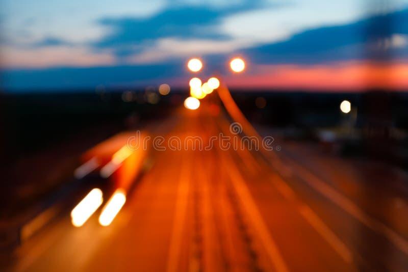 Verkeer op snelweg bij schemering royalty-vrije stock fotografie