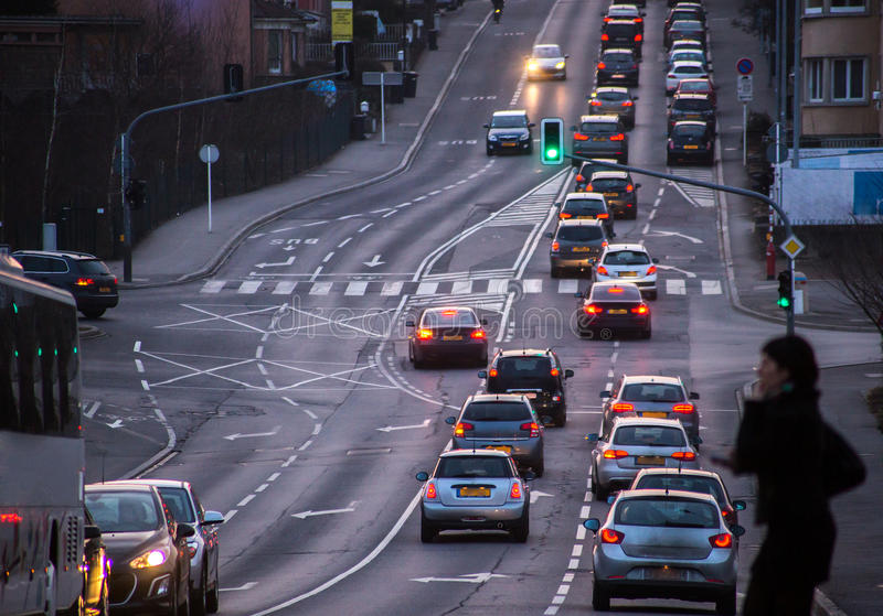 Verkeer op stadsstraat stock afbeelding