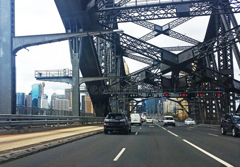 Verkeer op Sydney Harbour Bridge stock foto's