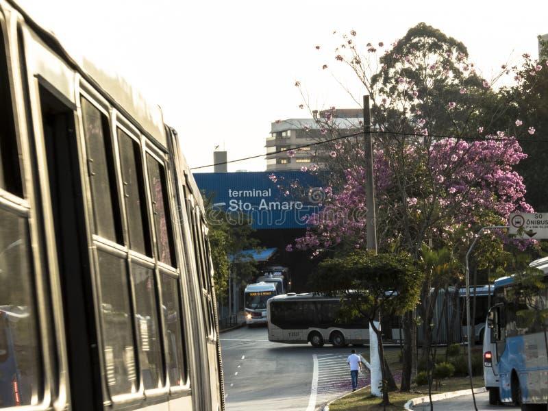 Verkeer op uitgang van Santo Amaro-busterminal stock foto's
