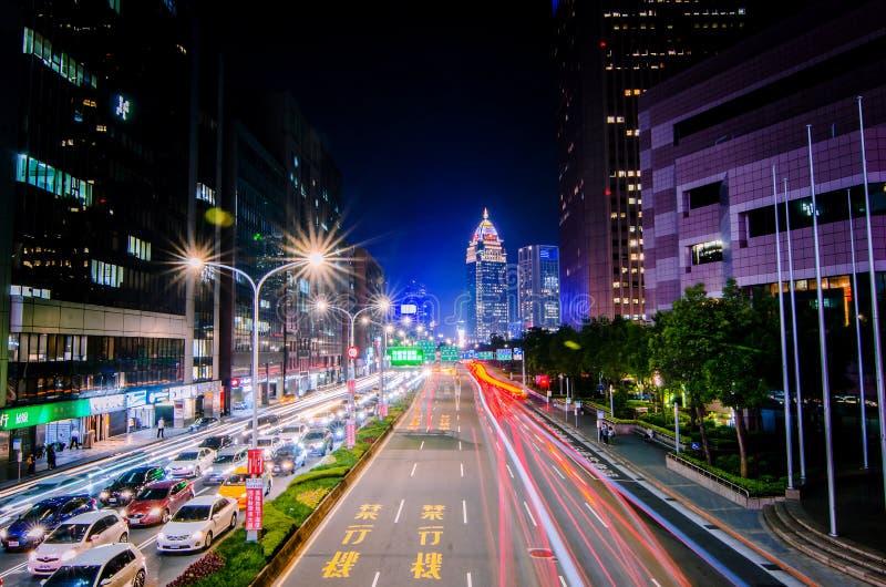 Verkeer op Xinyi-Road en mening van Taipeh bij nacht, in Taipeh, Taiwan stock fotografie