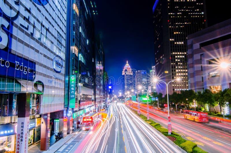Verkeer op Xinyi-Road en mening van Taipeh bij nacht, in Taipeh, Taiwan royalty-vrije stock fotografie