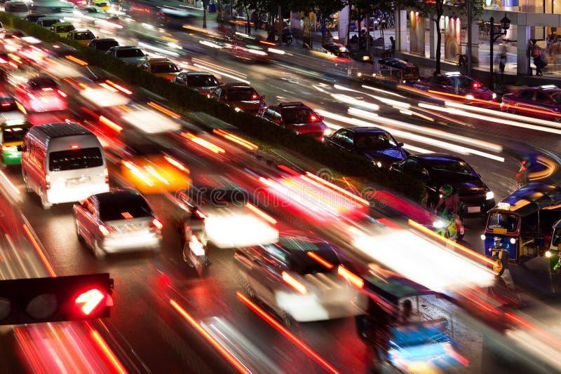 Verkeer in 's nachts Bangkok stock afbeelding