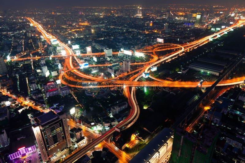 Verkeer in 's nachts Bangkok stock foto's