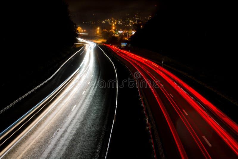 Verkeer 's nachts op de snelweg in Zweden stock afbeeldingen