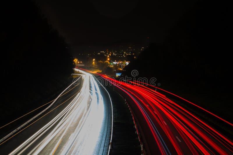 Verkeer 's nachts op de snelweg in Zweden royalty-vrije stock afbeelding