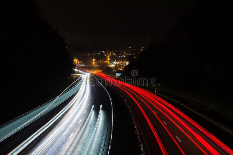 Verkeer 's nachts op de snelweg in Zweden royalty-vrije stock fotografie