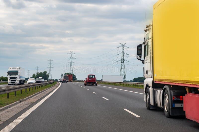 Verkeer, vervoer, vrachtwagen op de weg stock fotografie
