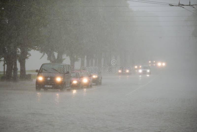Verkeer in zware regen royalty-vrije stock foto's