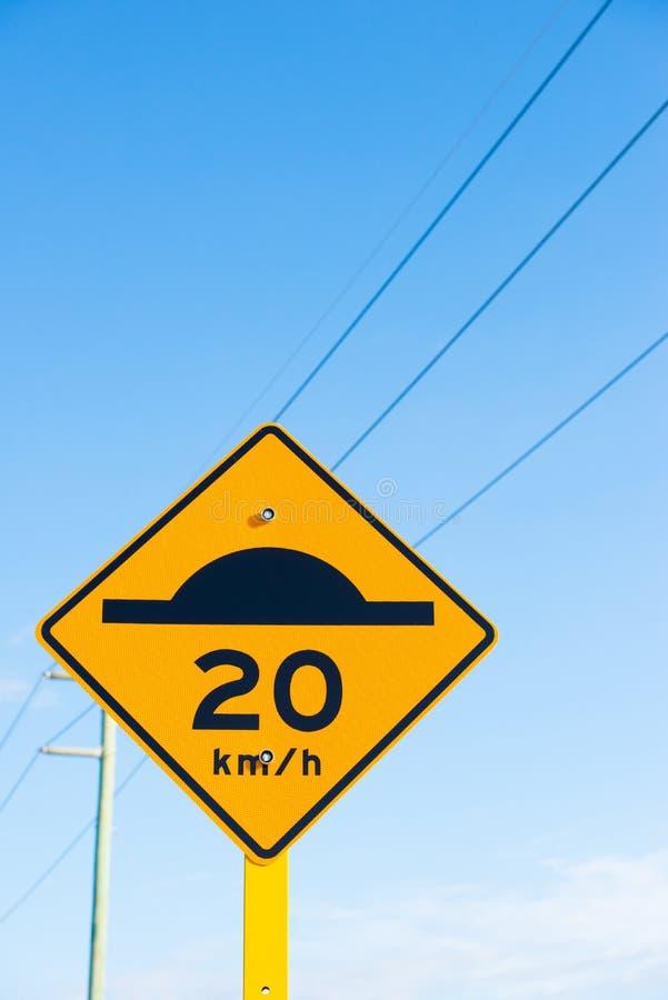Verkeersdrempel en ver*tragen waarschuwingssymbool stock afbeeldingen