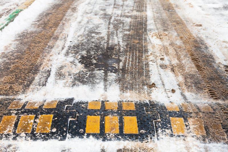 Verkeersdrempel in sneeuw op stedelijke weg in de winter royalty-vrije stock fotografie