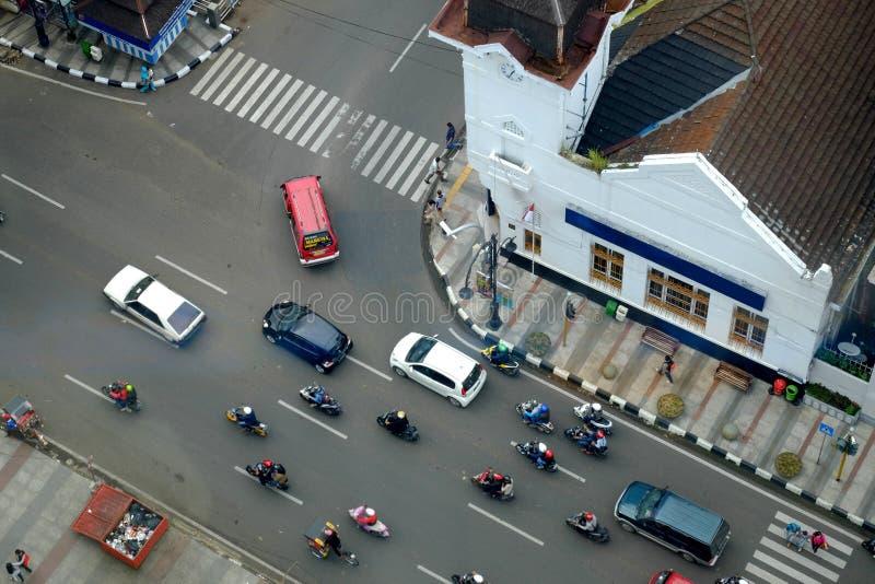 Verkeerskruising met auto's en motorfietsen stock afbeelding