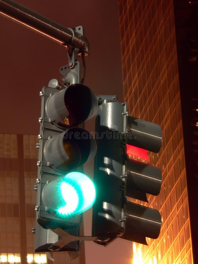 Verkeerslicht bij Nacht -- Het einde en gaat stock foto's