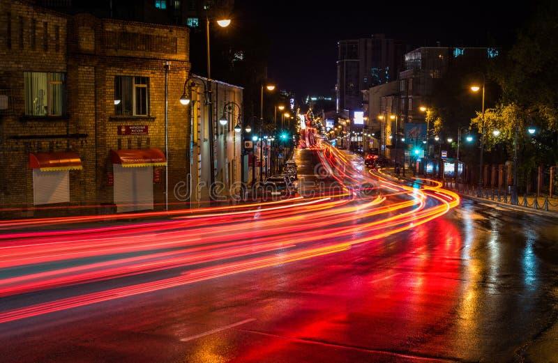 Verkeerslicht in de nachtstad, Vladivostok Rusland royalty-vrije stock afbeelding