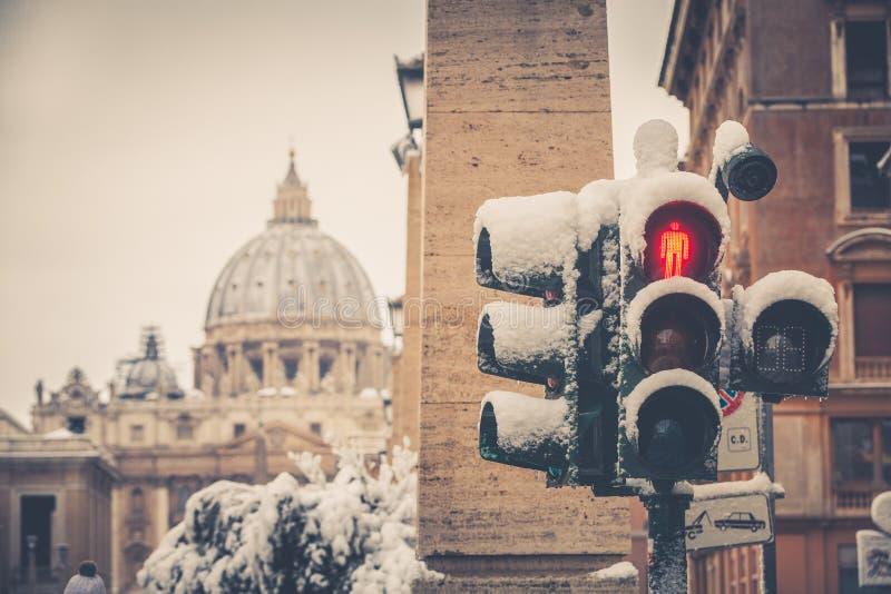 Verkeerslicht met sneeuw wordt behandeld die Heilige Peter, Rome Italië stock afbeeldingen