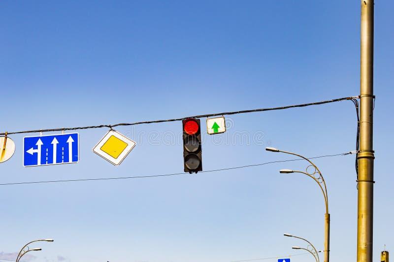 Verkeerslicht met verkeersteken op een achtergrond van blauwe hemel royalty-vrije stock afbeelding
