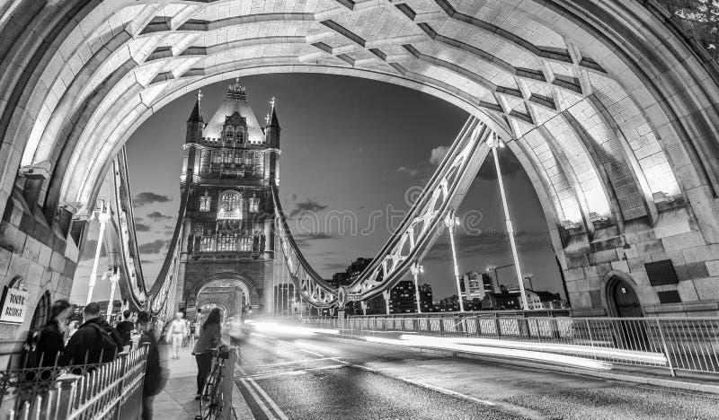 Verkeerslichten bij nacht op het verkeer van de Torenbrug, Londen - het UK stock fotografie