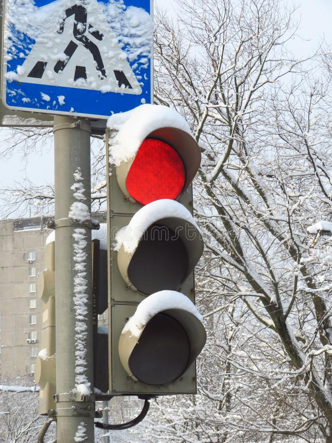 Verkeerslichten in de sneeuw, rode kleur Teken voetgangersoversteekplaats royalty-vrije stock foto's