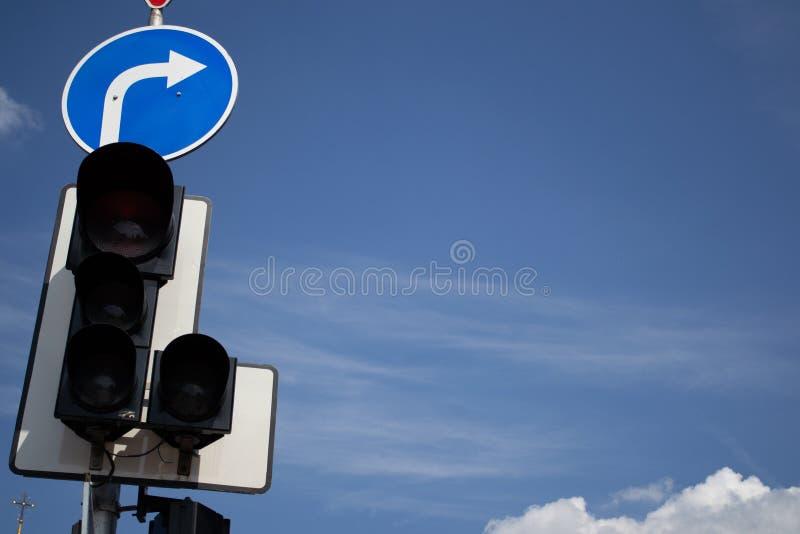 Verkeerslichten tegen een Blauwe Hemel royalty-vrije stock afbeeldingen