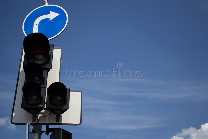 Verkeerslichten tegen een Blauwe Hemel stock foto