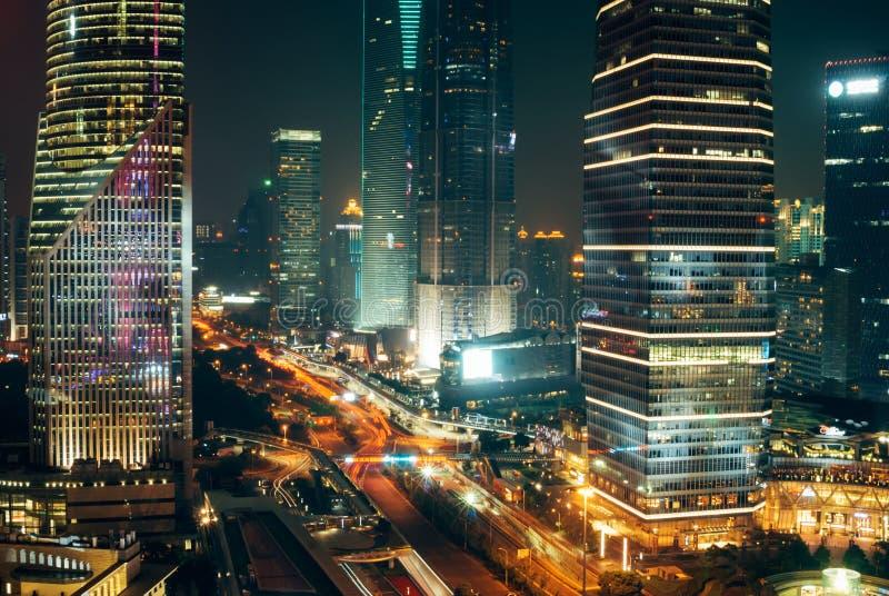 Verkeerslichten, Wolkenkrabbers in Shanghai de stad in bij Nacht stock fotografie