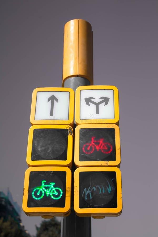 Verkeerslichtenaanwijzingen voor auto's en fietsers royalty-vrije stock afbeelding