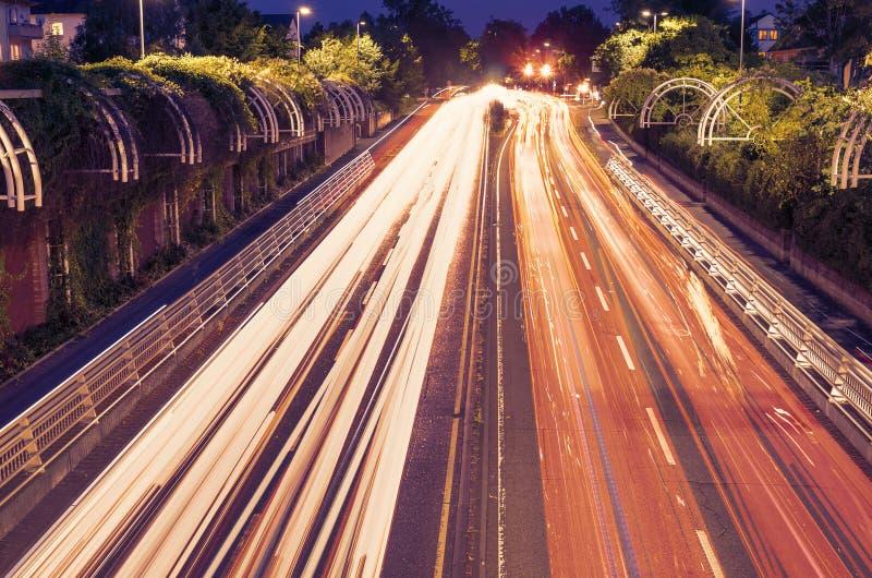 Verkeerslichtslepen op groen stedelijk gebied royalty-vrije stock fotografie