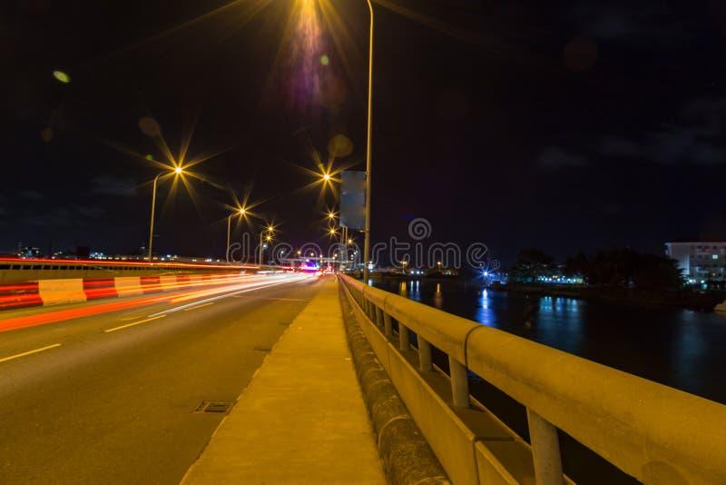 Verkeerslichtstroken op Ikoyi-brug Lagos Nigeria bij nacht stock foto