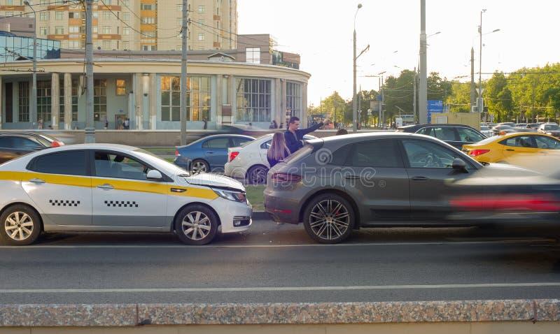 Verkeersongeval die taxi en auto op de weg impliceren royalty-vrije stock afbeeldingen