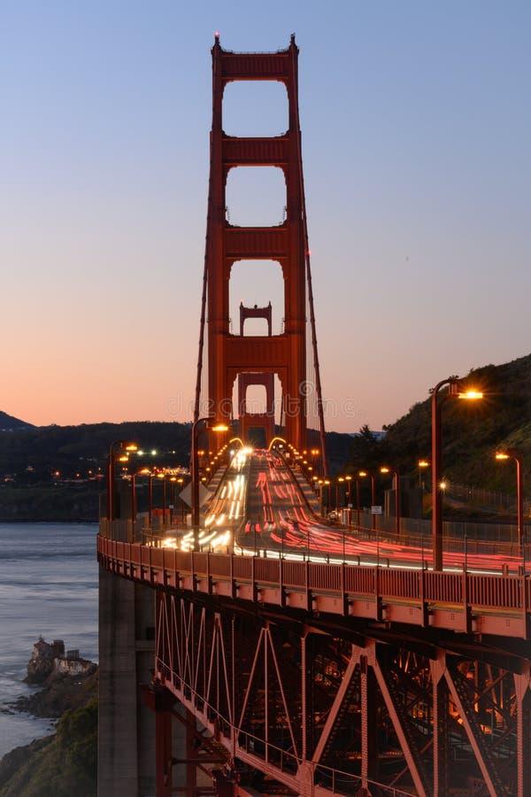 Verkeerssnelheden over Golden gate bridge royalty-vrije stock fotografie