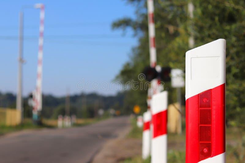 Verkeersteken bij de spoorwegovergang met een barrière Organisatie van het vervoersysteem van een Europees land Rode witte kleuri royalty-vrije stock foto's