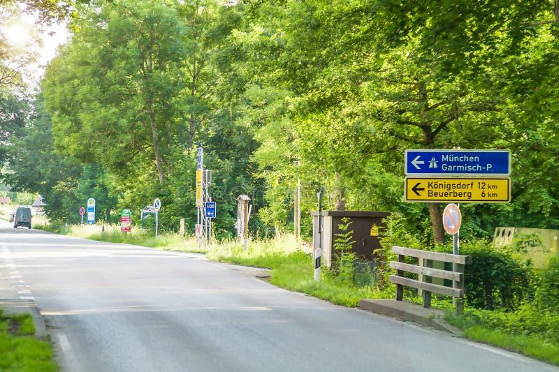 Verkeersteken in de richting van München stock afbeelding