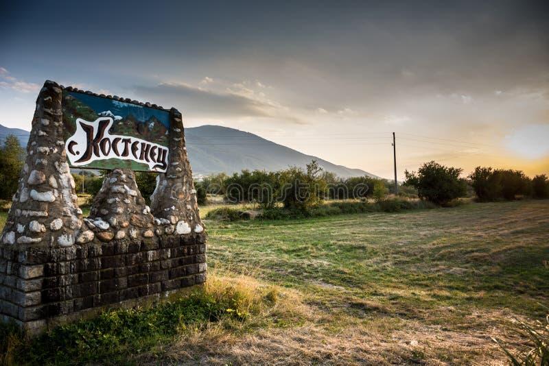 Verkeersteken dichtbij Kostenets-dorp, Bulgarije stock foto's