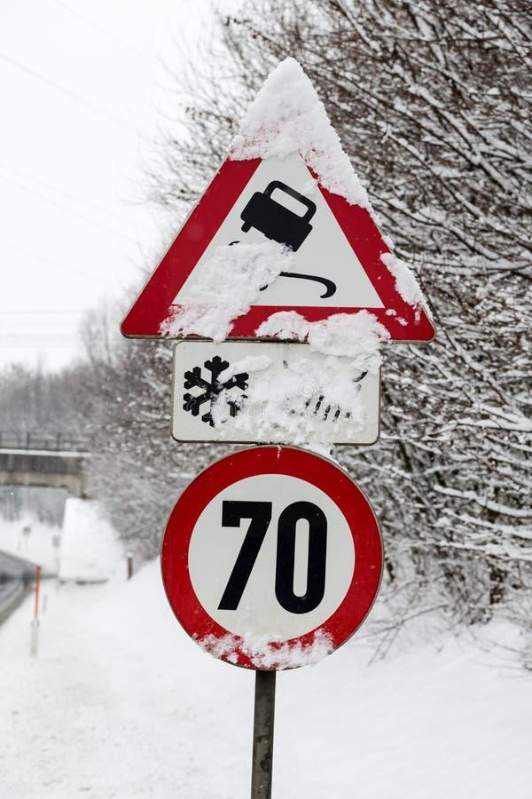 Verkeersteken en sneeuw royalty-vrije stock foto's
