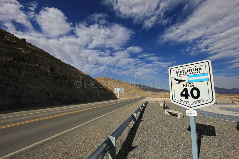 Verkeersteken in het midden van rutaroute 40, Argentinië stock afbeeldingen