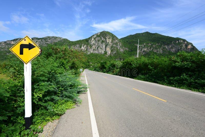 Verkeersteken naast de weg stock afbeeldingen