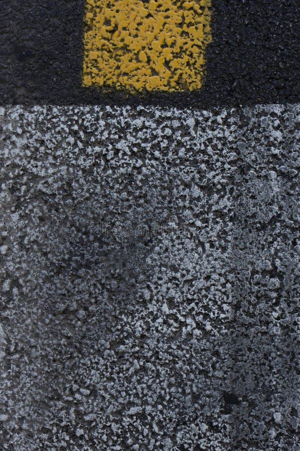 Verkeersteken op de asfaltachtergrond stock foto